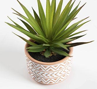 Kleine kunstpalm in bruin en wit keramische pot