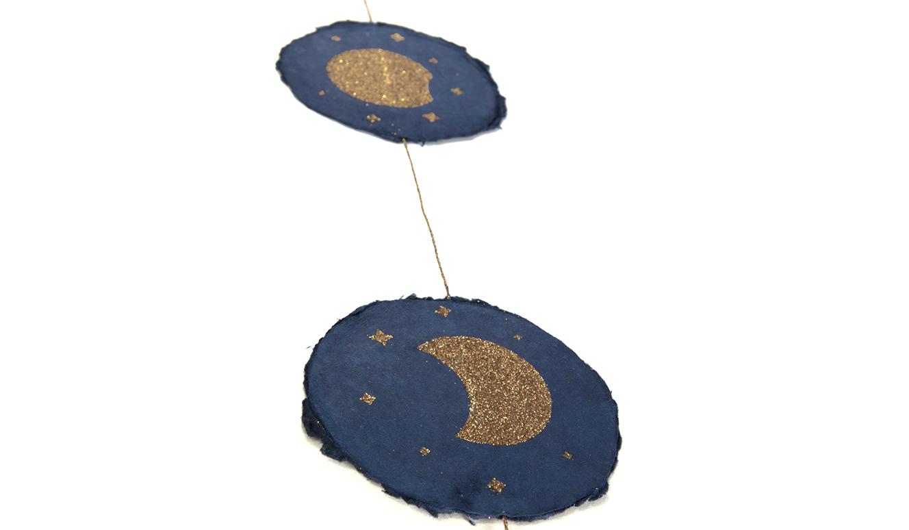 Set slingers Astrea met maanfases op een blauwe achtergrond